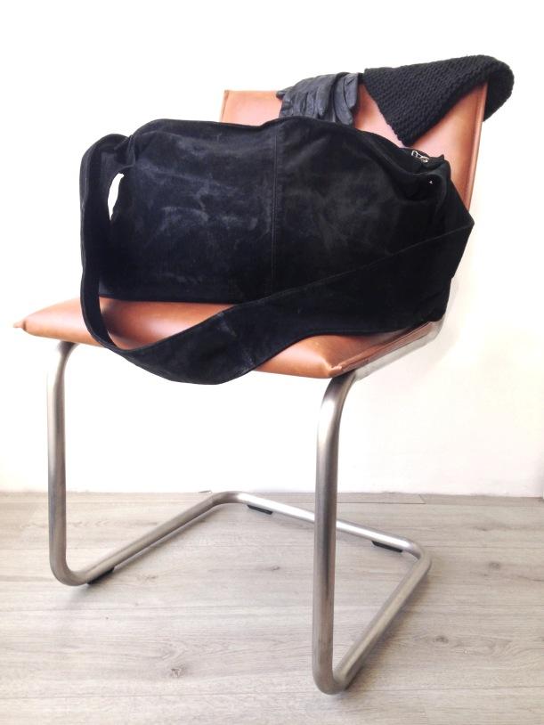the fashiournalist, zwarte suede tas, grote suede tas, karwei stoel, suede black bag, big bag, big suede bag